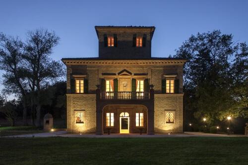 Villa Arum Lilly Night
